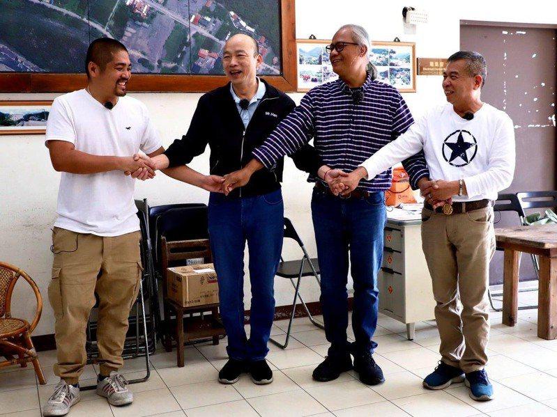 前高雄市長韓國瑜(左二)造訪小林村,展現親和力與基層互動。翻攝自韓國瑜臉書