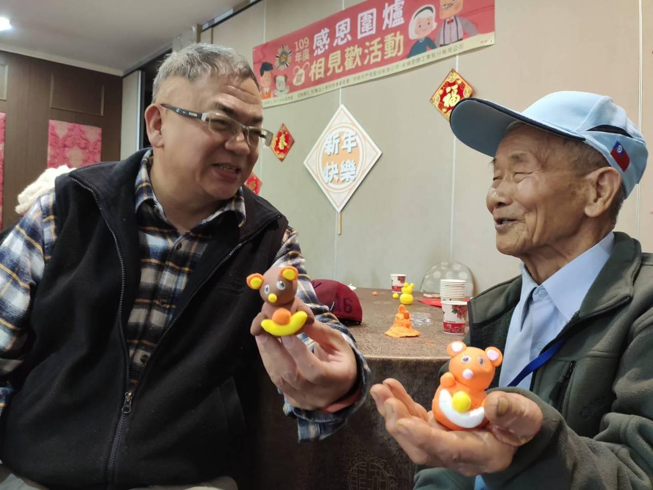 60歲阮慶華(左)公務員退休後投入認養人與志工,4年來已服務上百位榮民榮眷。 ...