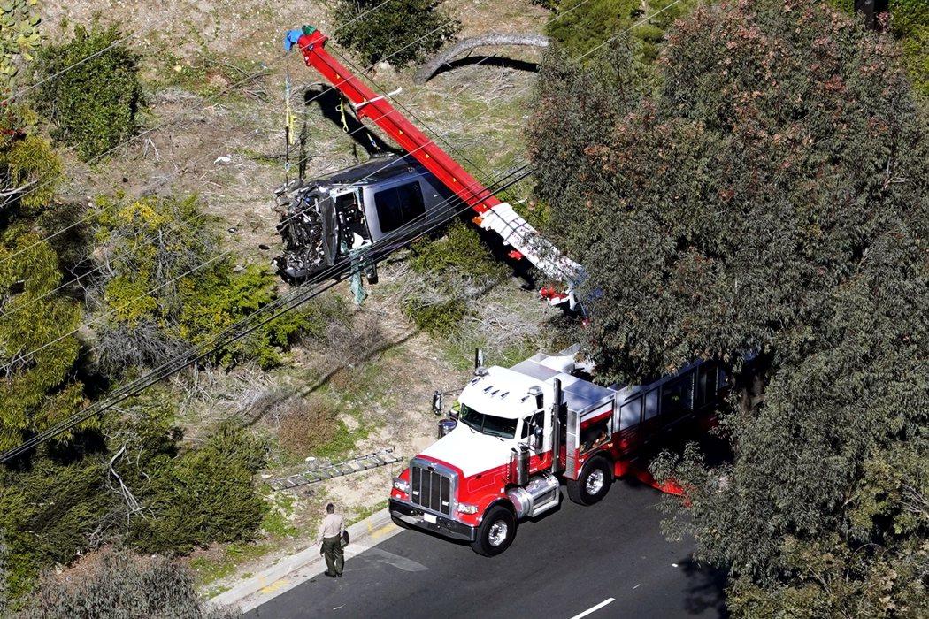 翻覆墜落的Genesis車體變形、車頭嚴重損毀,但現場卻沒有漏油失火、或爆炸的疑...