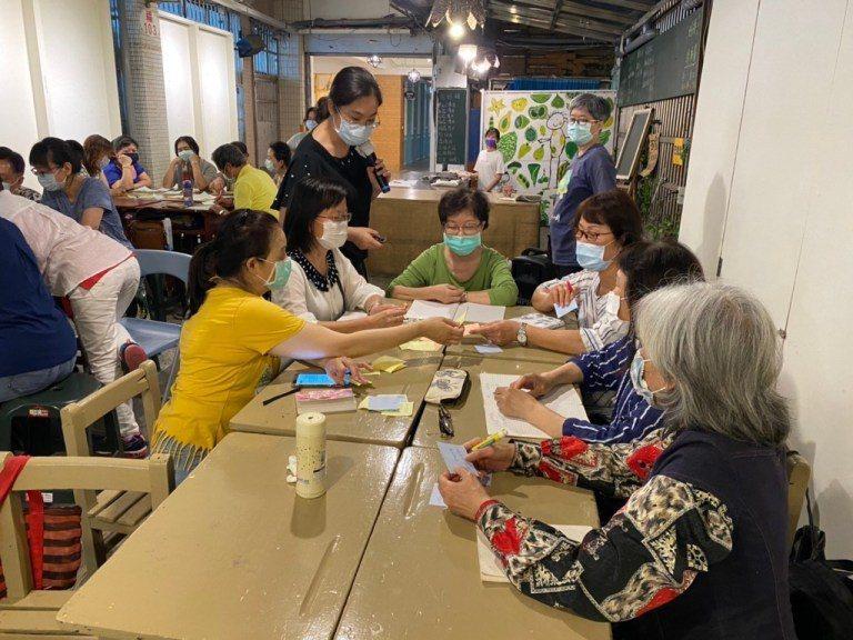 丁小媗(中間站立者)帶著學員寫出自我感受  圖/新北市永和社區大學提供