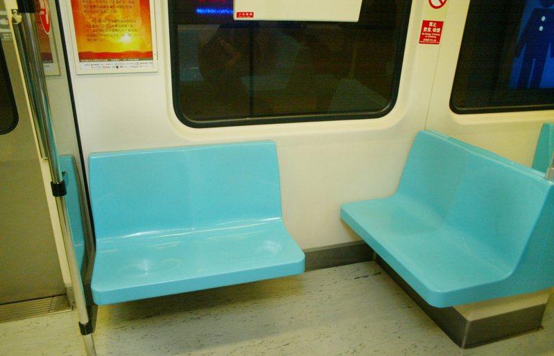 女學生坐在捷運靠走道座位,遭到變態猥褻騷擾。圖/聯合報系資料照