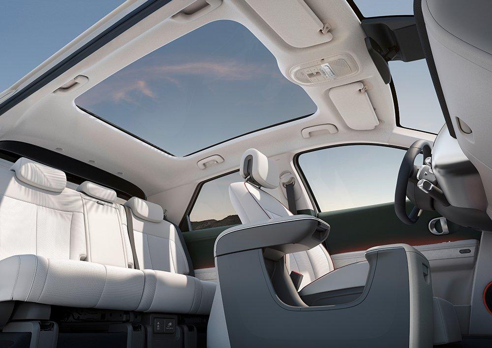 全新Hyundai IONIQ 5配置全景玻璃天窗。 摘自Hyundai