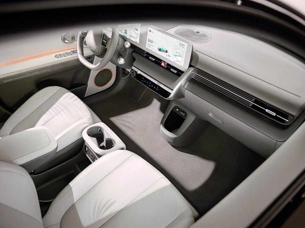 全新Hyundai IONIQ 5車室設計如同外觀般,呈現出簡潔有力的一面。 摘...