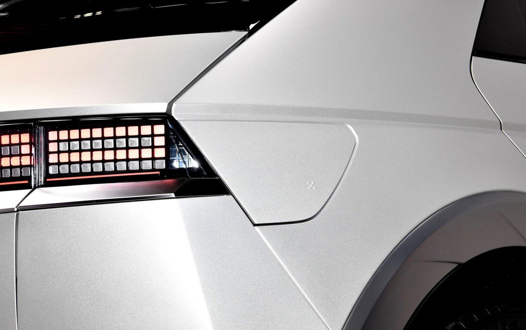 全新Hyundai IONIQ 5的V2L功能,除了車內提供插座外,車外的充電孔...