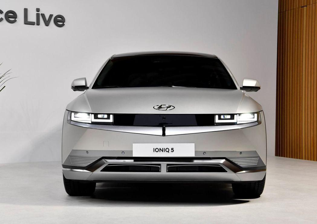 全新Hyundai IONIQ 5在車頭下緣裝設了主動式進氣冷卻導流裝置 (AA...