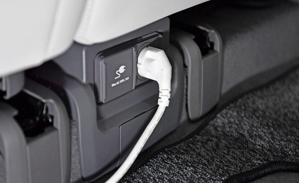 全新Hyundai IONIQ 5車內配有110V/220V插座可供外部電器做使...
