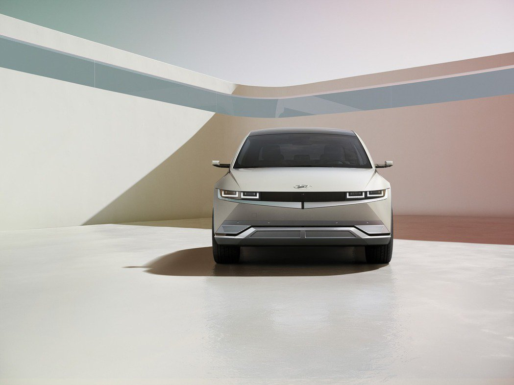 全新Hyundai IONIQ 5支援350kW輸出功率的快速充電系統,可在18...