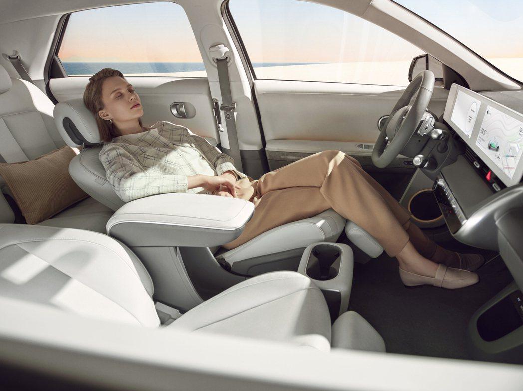 全新Hyundai IONIQ 5配置了具備人體工學設計的座椅,並增添腿部靠墊,...
