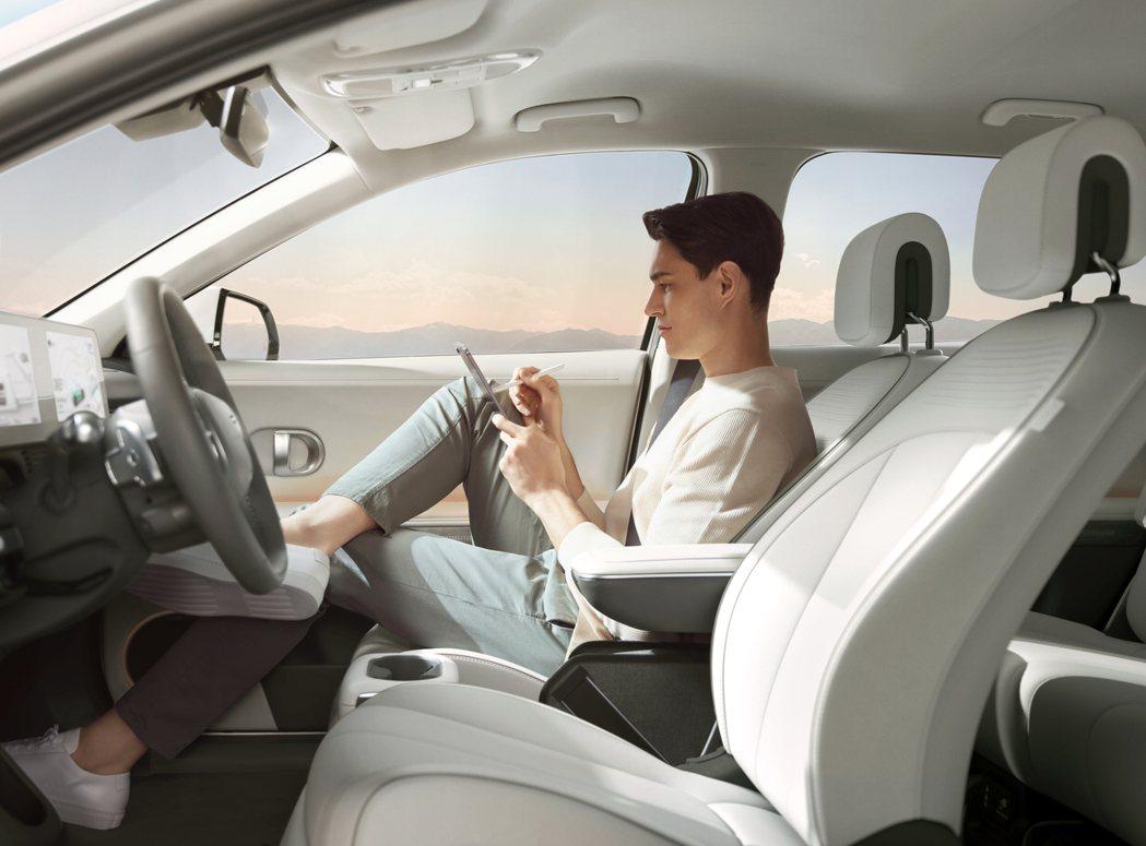 全新Hyundai IONIQ 5副駕駛座與中船可前後滑移最多140mm。 摘自...