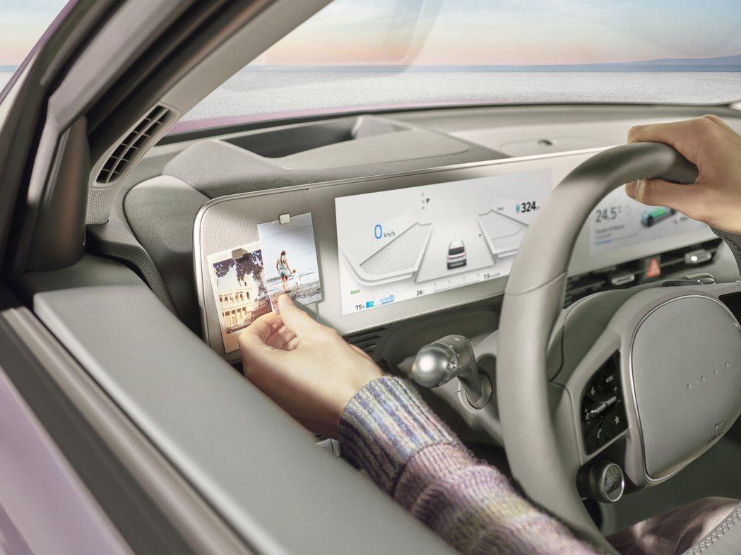 全新Hyundai IONIQ 5方向盤取消放置廠徽的設計,為Hyundai新車...