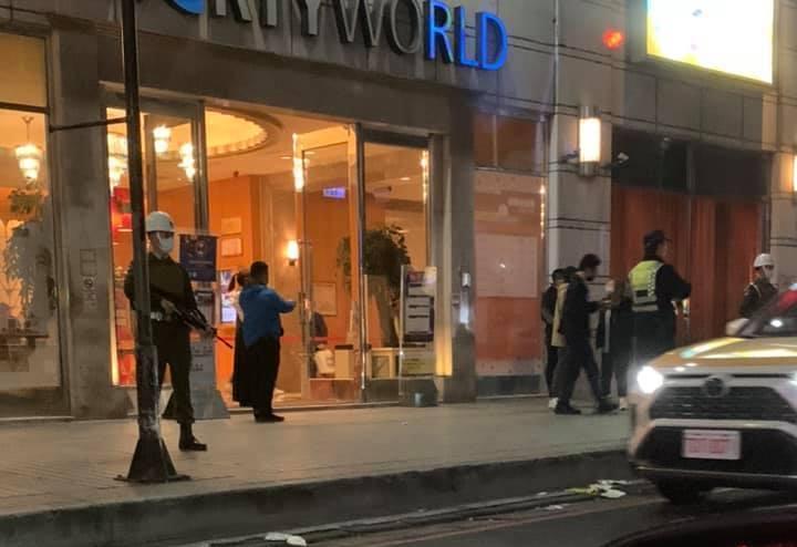一名網友看見錢櫃KTV門口有憲兵駐守。 圖擷自爆廢公社二館
