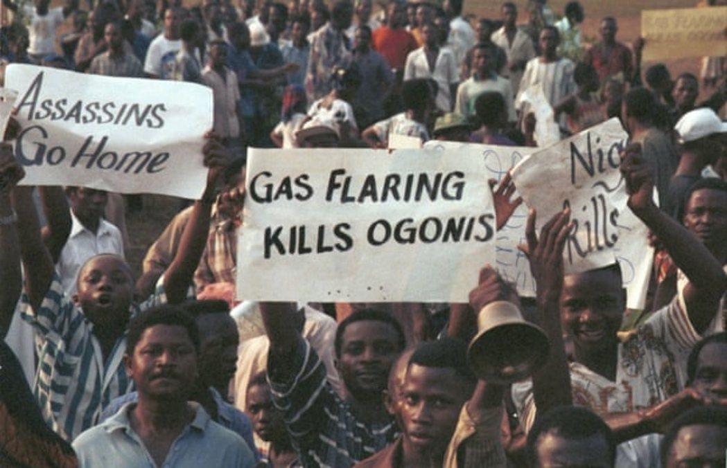 圖為1993年奧戈尼走上街頭抗議殼牌。 圖/綠色和平