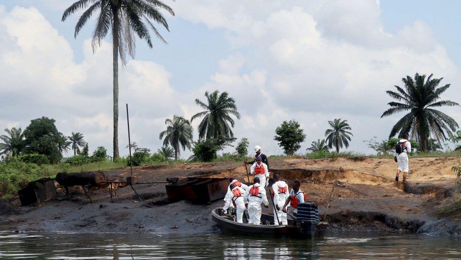 圖為2018年油污清理小組在尼日河三角洲的Bodu地區視察附近的非法煉油廠。 圖...