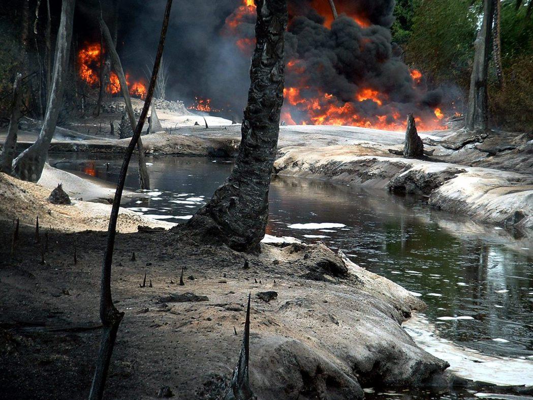 圖為2004年尼日河三角洲一區因為油管漏油而引發火災。 圖/路透社