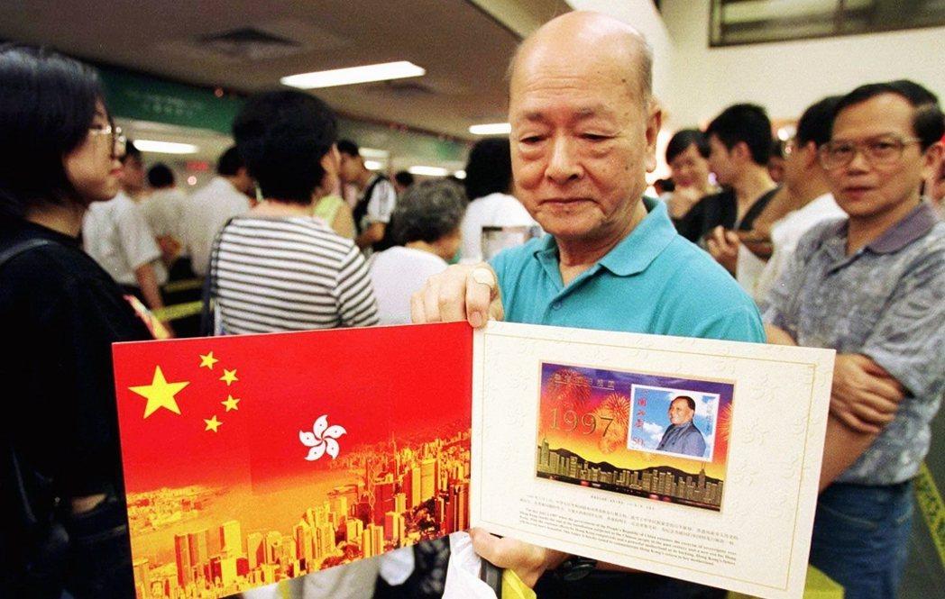 本書以香港為例,新生代的香港人與老一輩的國家認同,有著極大的落差。在年輕港人的心...