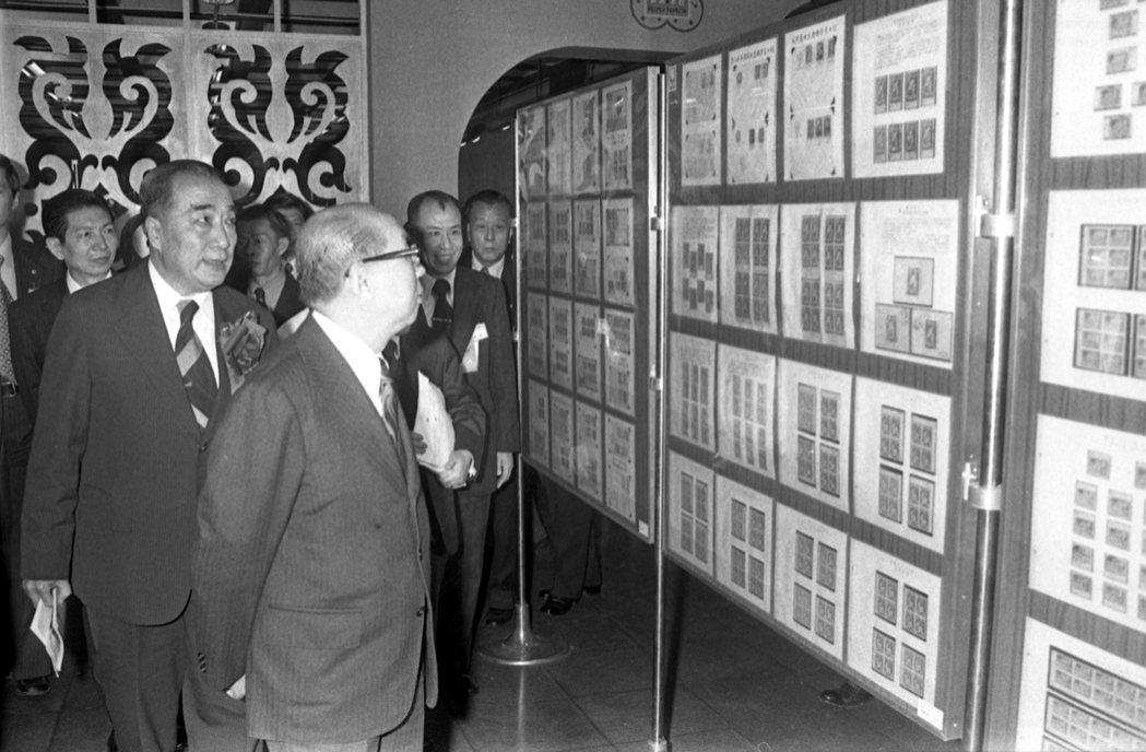 1975年,孫文逝世50周年時,嚴家淦於國父紀念館參觀孫文郵票專輯。 圖/聯...