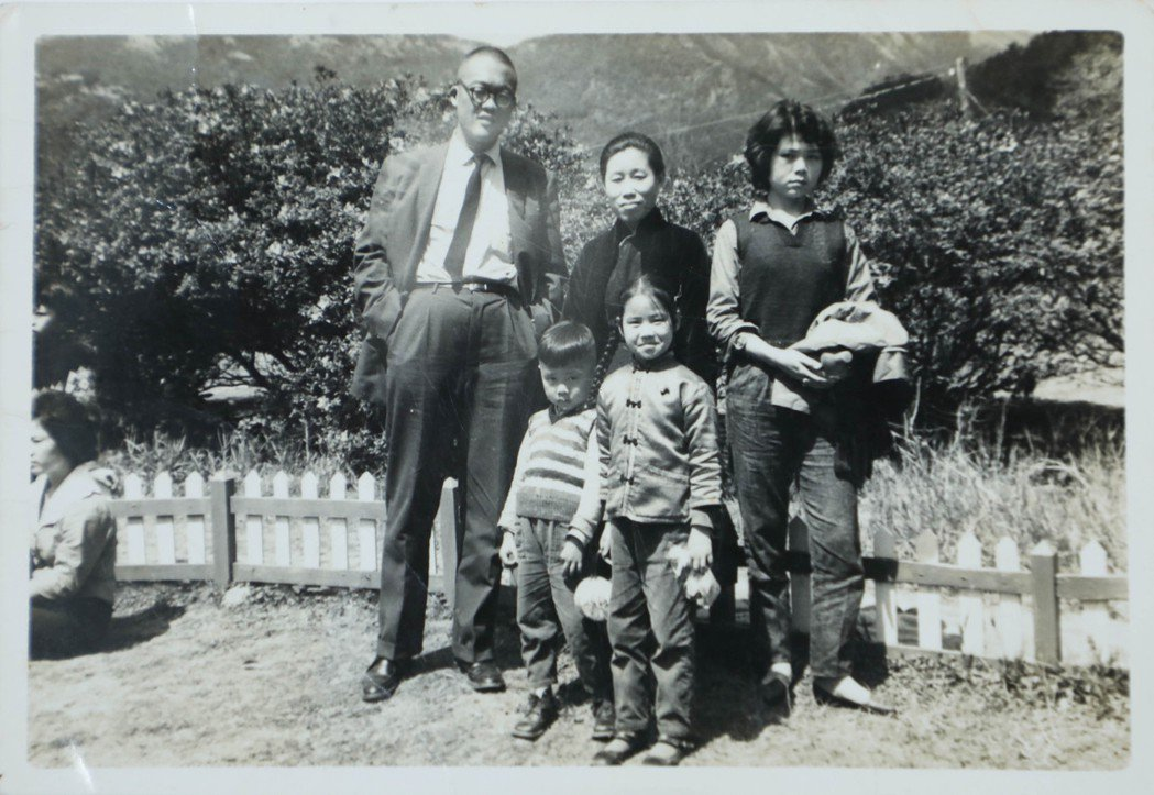 張大春(前排左一)與父母(後排左一、中)及友人合影。圖/張大春提供、吳致碩翻攝