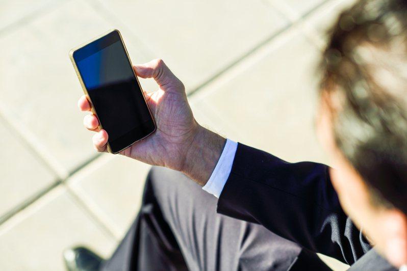 他發問「為何手機總是過熱?」,引起網友熱烈討論。圖/Ingimage