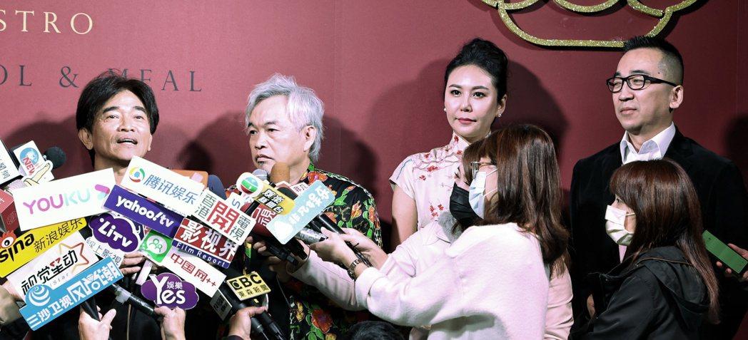 吳宗憲(左起)、康康、洪曉蕾及王世均連袂出席餐廳開幕活動,吳結束聯訪後旋即離開。