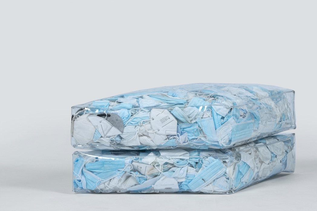 回收口罩,成為沙發的充填物。圖/Tobia Zambotti