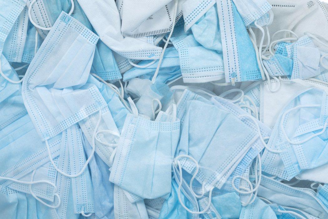 回收口罩如同冰山的顏色一般。圖/Tobia Zambotti