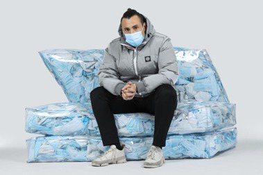 如同冰山的沙發:義大利設計師 Tobia Zambotti 回收口罩成充填物