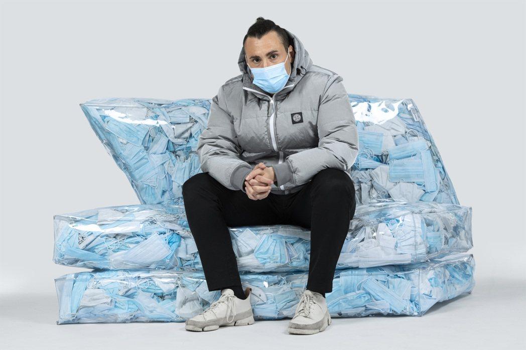 義大利設計師Tobia Zambotti,將回收口罩製成沙發。圖/Tobia Z...