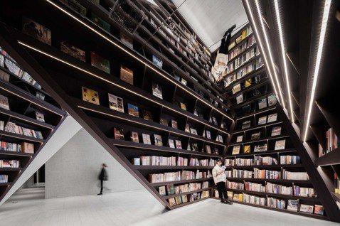 X+LIVING以三角形的書架設計,白色空間彷彿洞穴,呼應城市的獨特景觀。圖/X...