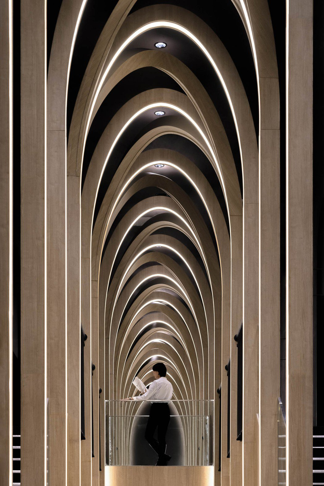 X+LIVING以挑高的設計,串連書店與影廳的步道,不規則拱門設計如同山峰綿延。...