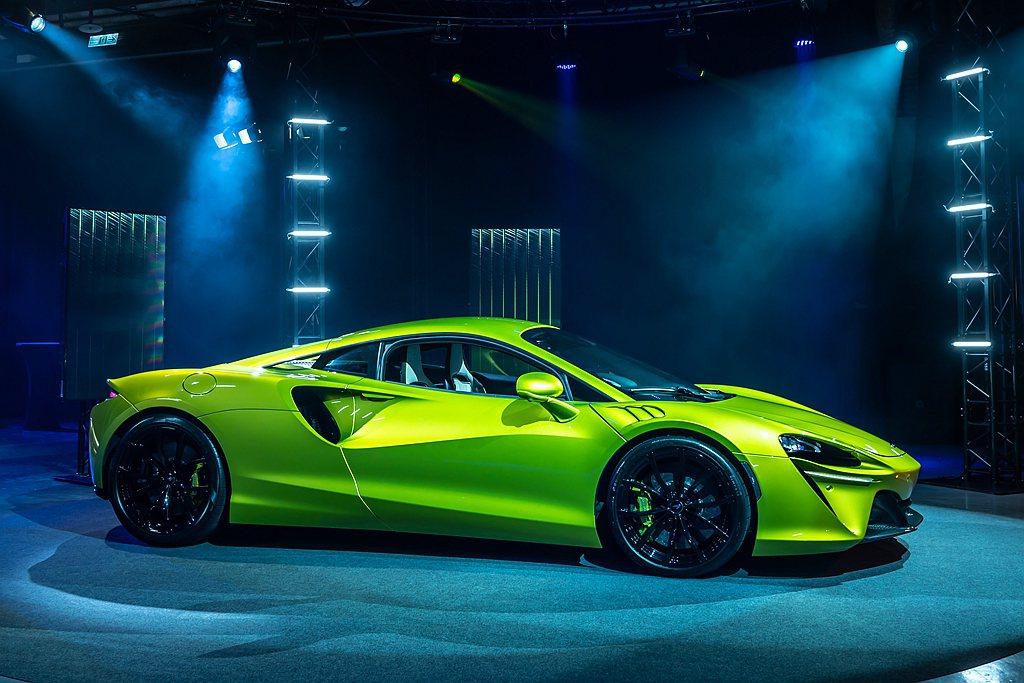 Artura搭載McLaren全新開發的輕量化電子差速器及後輪懸吊結構,獨立控制...