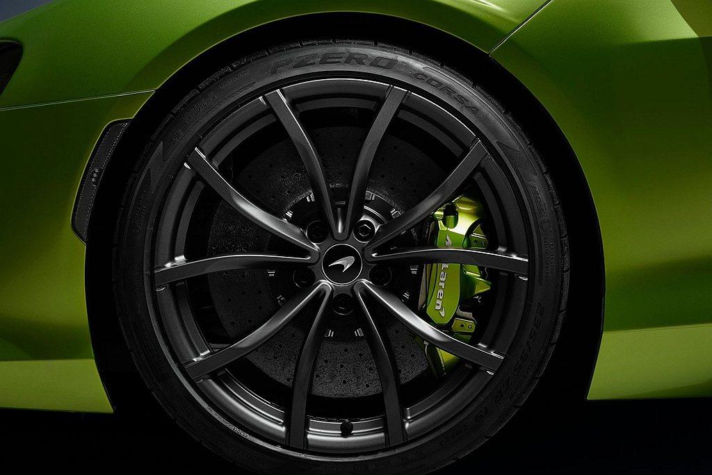 Artura標配McLaren最新Longtail車系的碳纖維陶瓷煞車及輕量化鋁...