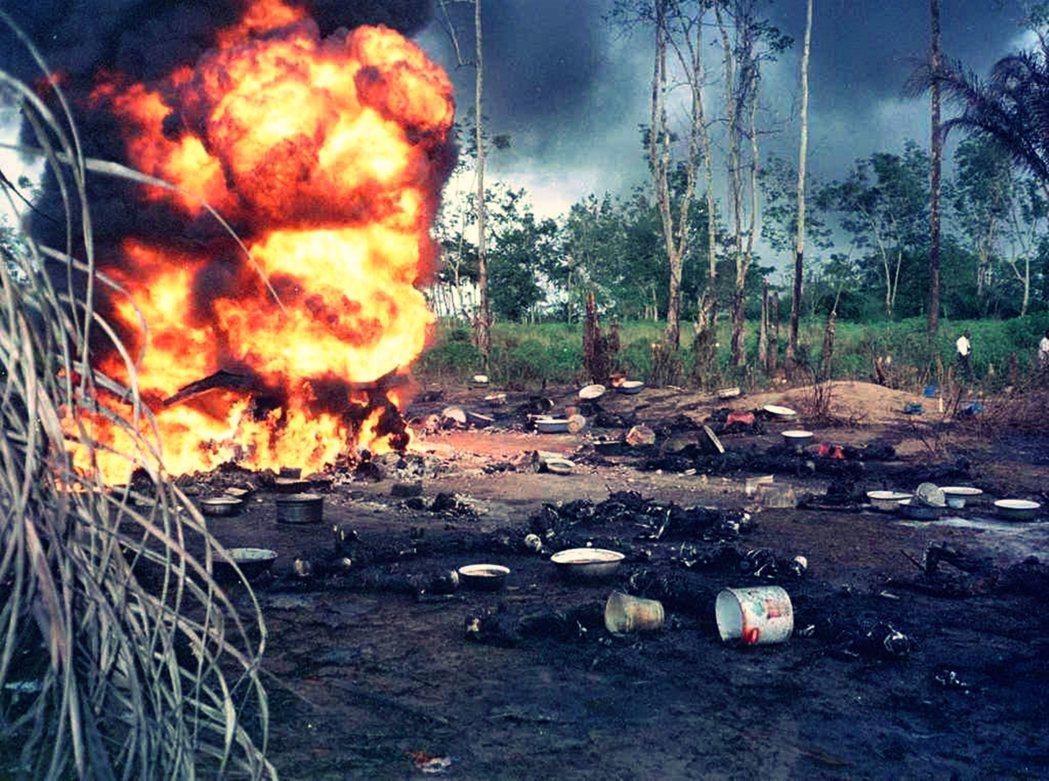 依靠農耕和養殖產業為生的居民飽受石油摧殘,生態環境岌岌可危。圖為奈及利亞的油管因...