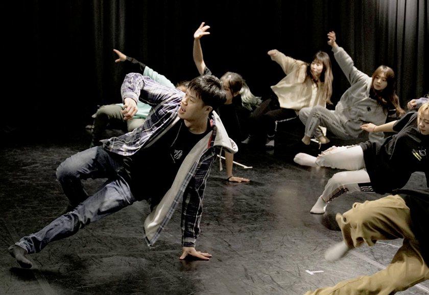 老師何健銘(左)引導學員跳出個人Breaking Style。 醒吾科大/提供