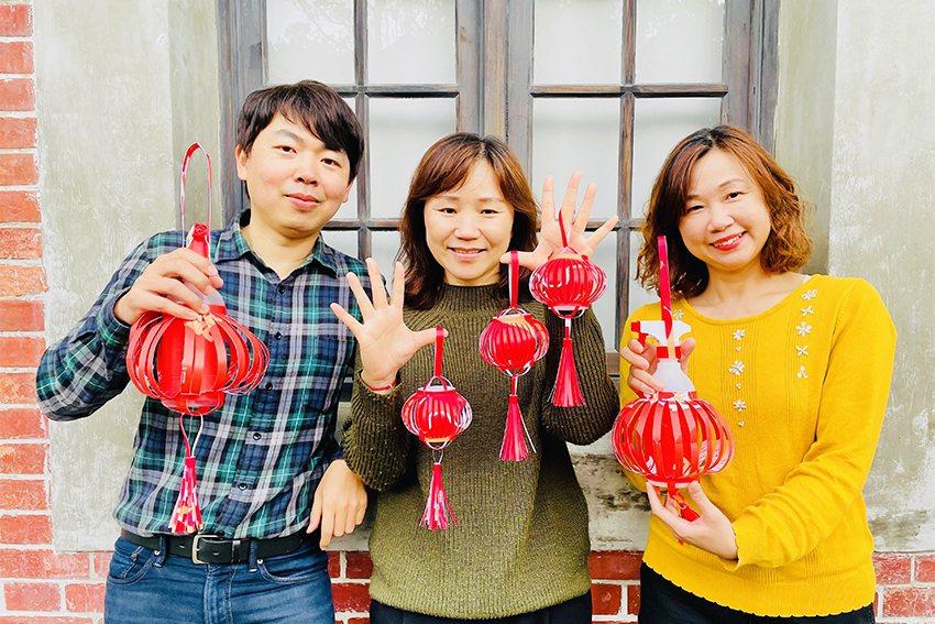 淡古館員們發揮創意手工製作的防疫及紅包袋燈籠,既環保又有氣氛,元宵節限量贈送。 ...