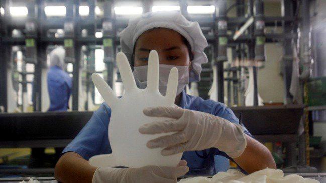 隨著新冠肺炎疫苗開打使疫情降溫,大馬手套廠成為放空標的。 路透