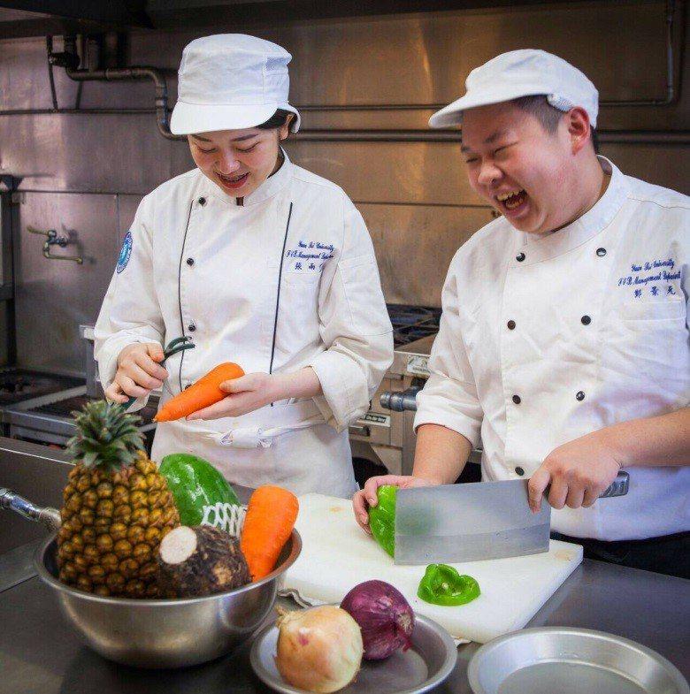元培餐管系學生實作強調健康餐飲。 元培/提供