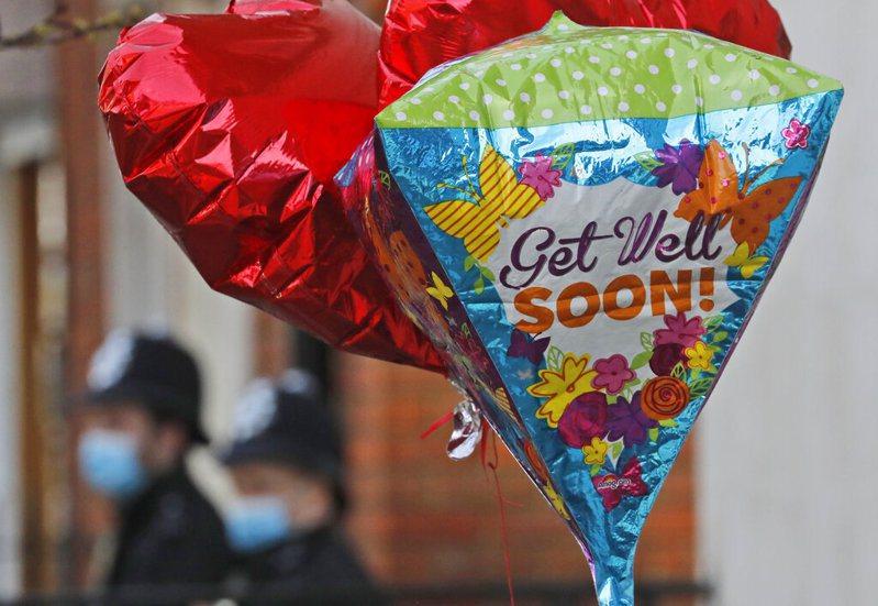 英國女王伊麗莎白二世高齡99歲的夫婿菲立普親王因為感染正接受治療,預計還需在醫院多住幾天,醫院外有民眾送來早日康復氣球祝福。美聯社