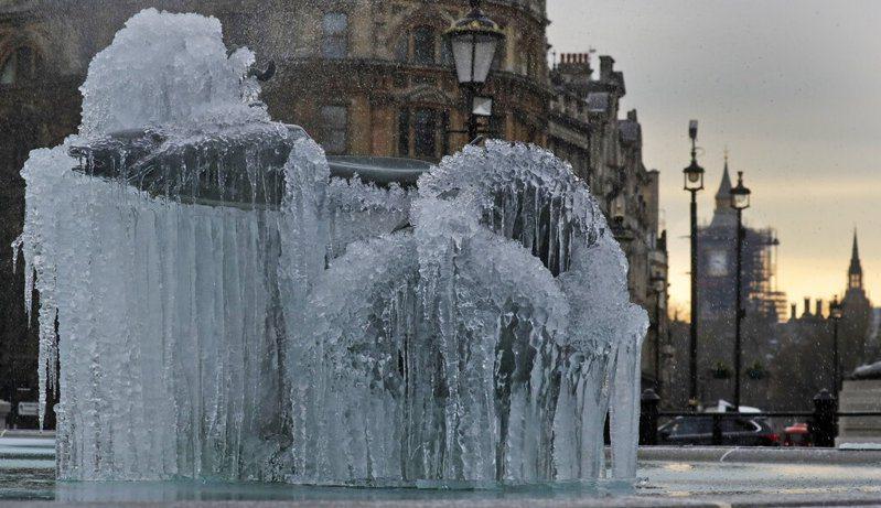 英國是歐洲疫情最嚴峻的國家。根據最新數據,英國有548人在染疫28天內病故,新增8489人確診,確診病例累計達413萬4639例,另病歿總數達12萬1305人。圖為倫敦近日結冰的噴水池。美聯社