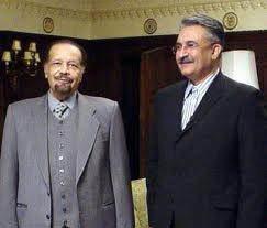 發動第1次石油危機的沙烏地部長亞瑪尼(左)於23日去世,右為伊朗知名記者阿布多施尼。(Photo by Aaabdolrashidi on Wikimedia under CC 3.0)
