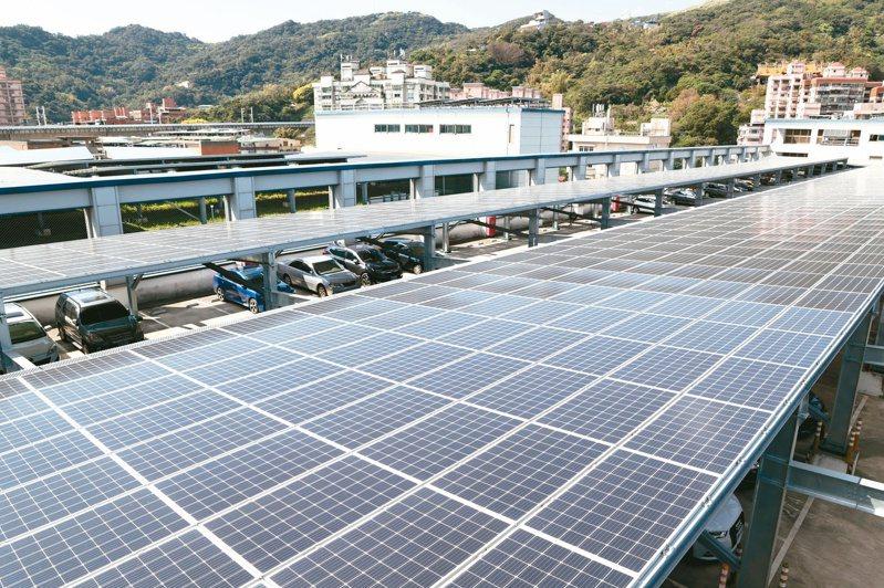 能源轉型目標在即,經濟部決定上修屋頂型太陽光電目標至八GW,屢傳爭議的地面型則降為十二GW。經濟部長王美花昨表示,今年將以「工業屋頂」為推行重點。記者侯永全/攝影