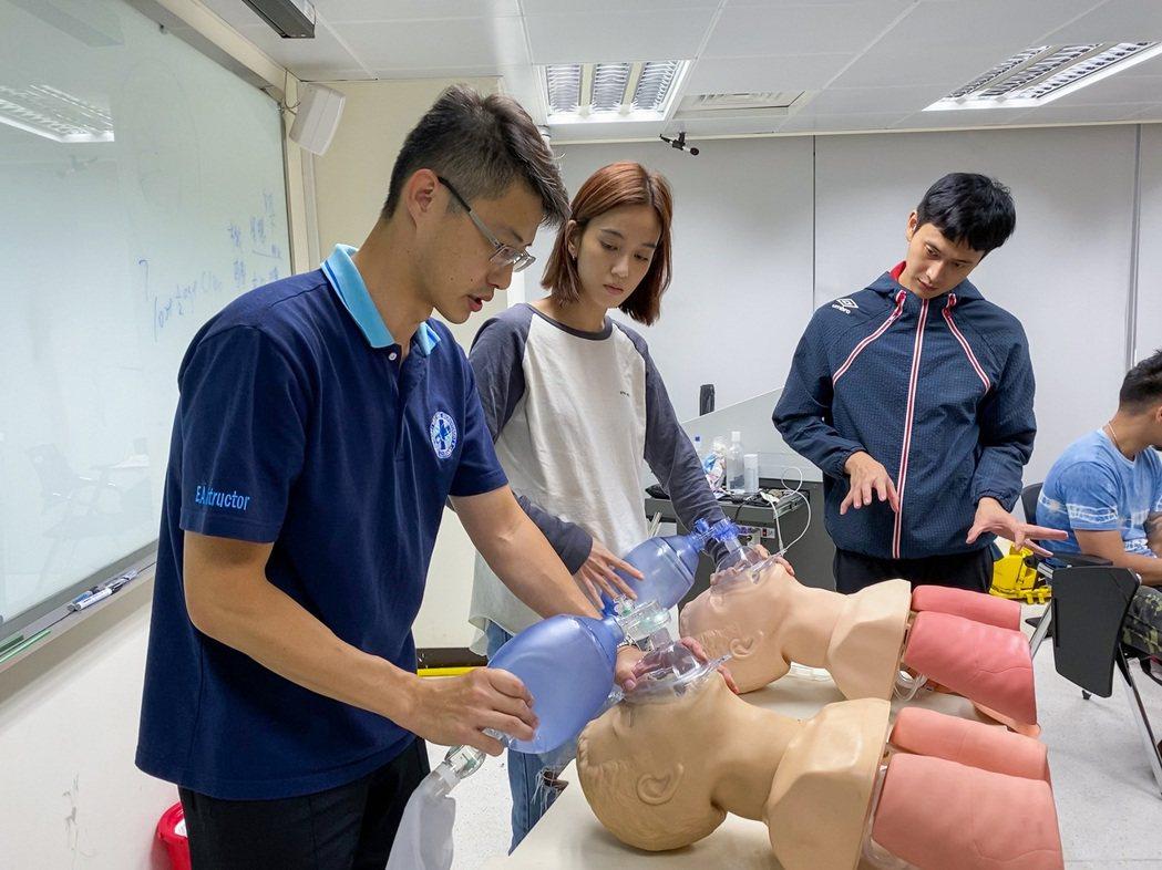 劉冠廷(右起)、陳庭妮為演出消防員勤加練習救護動作。圖/公視提供