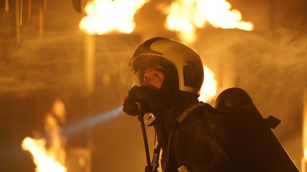 劉冠廷為戲進入上千度的燃燒櫃內體驗消防員。圖/公視提供