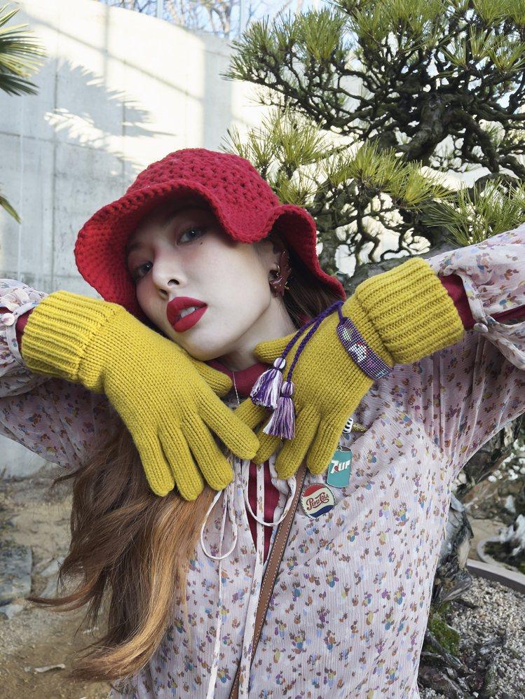 泫雅戴上2021秋季系列推出的荷葉邊帽款。圖/COACH提供