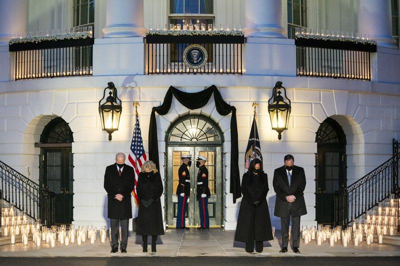 拜登、賀錦麗默哀 美國新冠病毒病故人數超過五十萬,美國總統拜登夫婦(左一、左二)與副總統賀錦麗夫婦(右二、右一)廿二日在白宮肅立默哀。(歐新社)