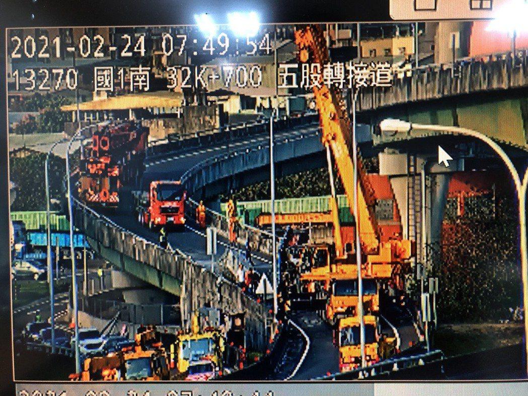 車禍現場動用吊車,目前仍在排除掉落滿地的鋼梁。記者林昭彰/翻攝