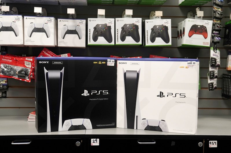 PS5熱銷,目前貨一到店,很快就被掃光。  路透