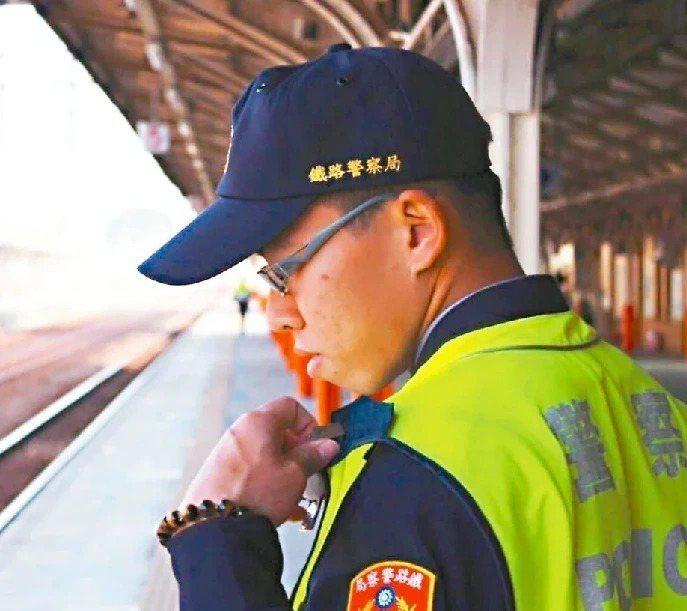 鐵路警察李承翰去年遭鄭姓男子刺傷致死,嘉義地方法院判被告無罪、強制就醫5年,判決...
