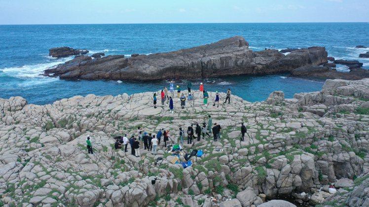 Jamie Wei Huang秋冬時裝影片在台灣具代表性的地景、海邊取景。圖/J...