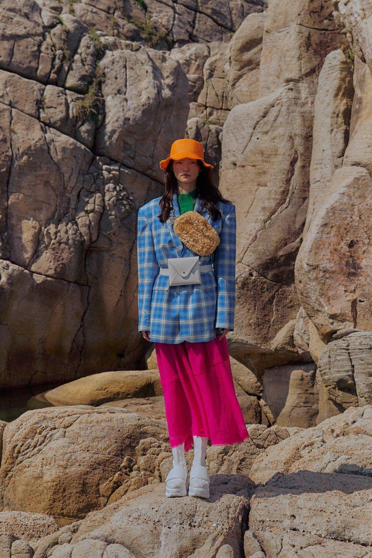 Jamie Wei Huang秋冬時裝作品以剛直的線條、鮮豔幾何的大衣色塊為主。...