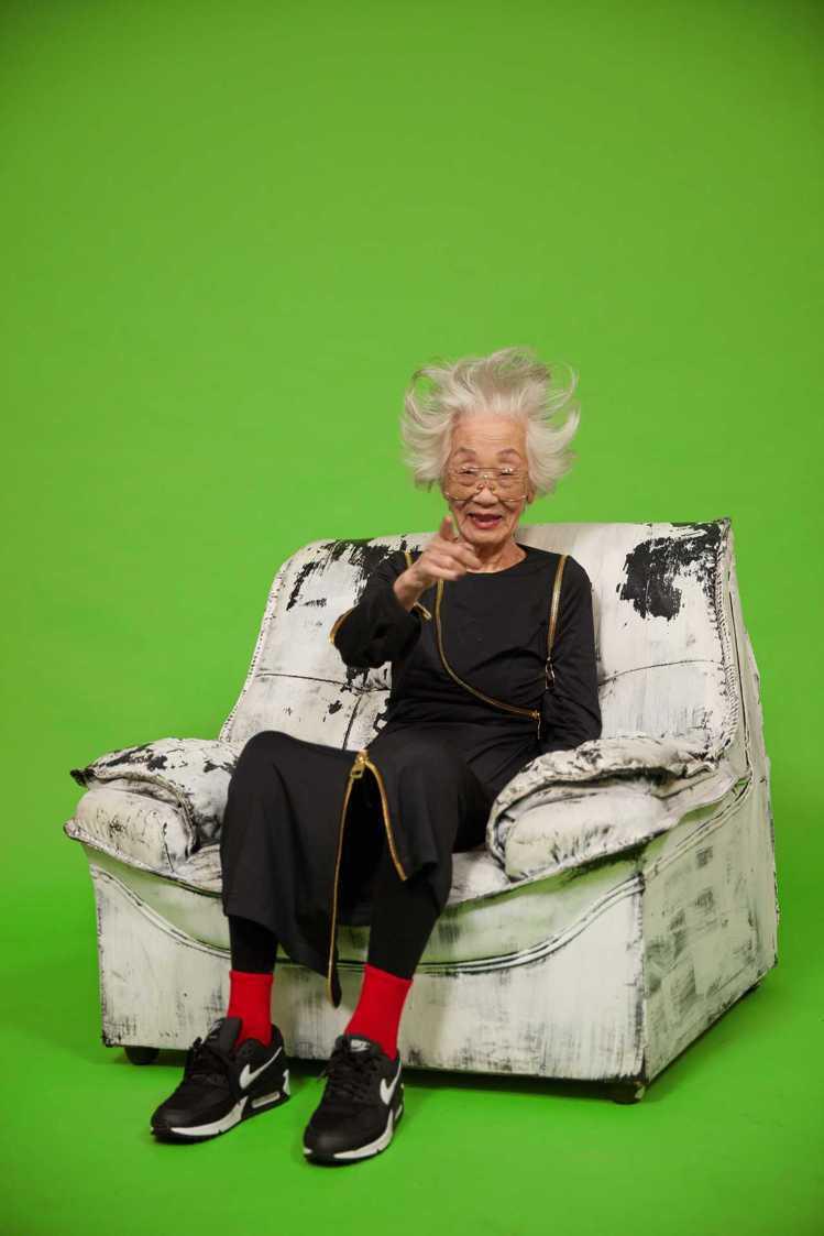 93歲的時尚潮嬤郝雲娟詮釋JENN LEE金屬拉鍊洋裝,以梳高銀白髮搭配霸氣紅唇...